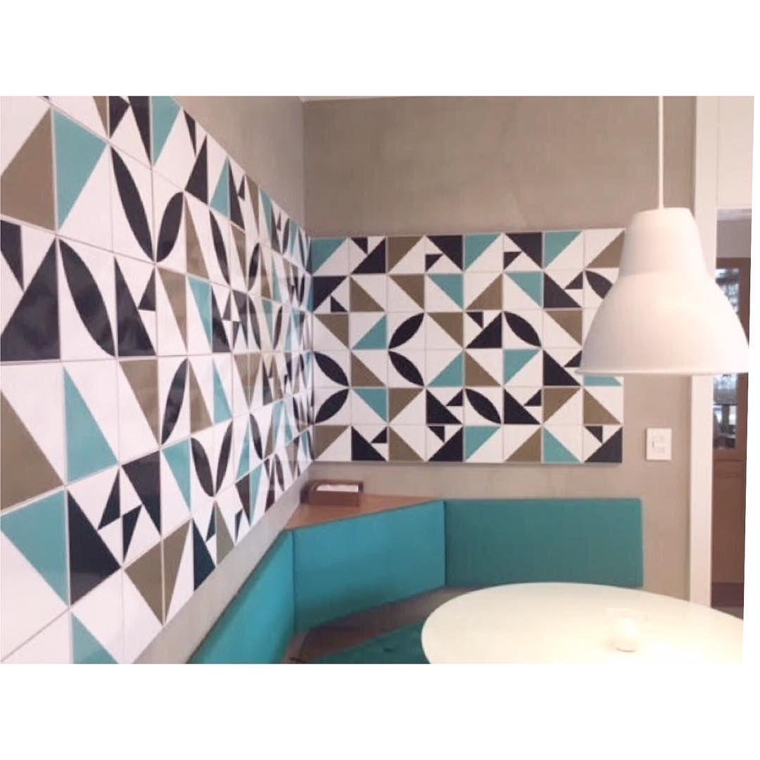 Painel Com Nossos Azulejos No Projeto Da Adriana Coelho Loja  -> Painel De Sala Com Ceramica