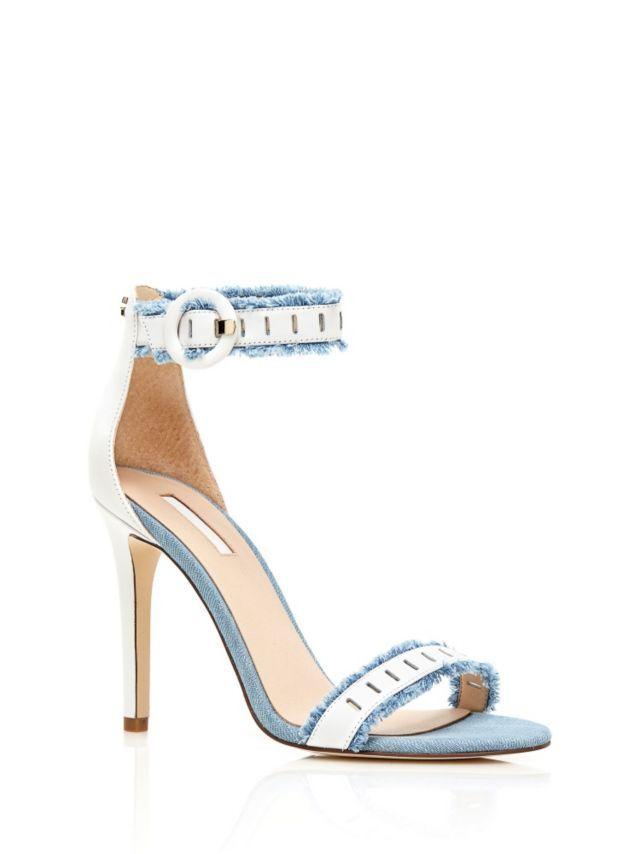 Questo sandalo in pelle ha una perfetta vestibilità nonostante il tacco alto, perché il cinturino alla caviglia sostiene ogni passo