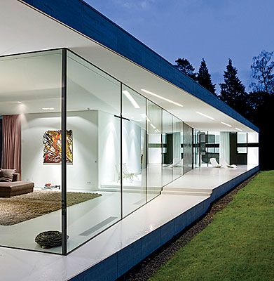 I love the use of glass in this house! Voladizo ventanas - fachadas originales