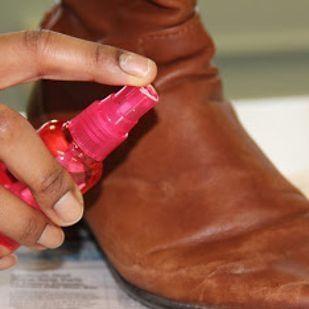 Usare aceto e acqua calda per togliere le macchie di acqua dagli stivali in pelle