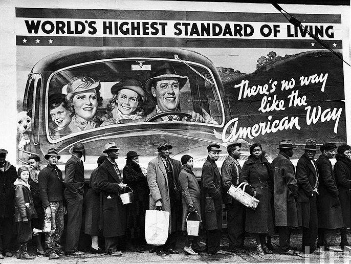 There´s no way like the American way of living.  Foto de Margaret Bourke-White/Life. População afro-americana vítima de enchentes na fila para conseguir alimentos e roupas. Kentucky, EUA, 1937.