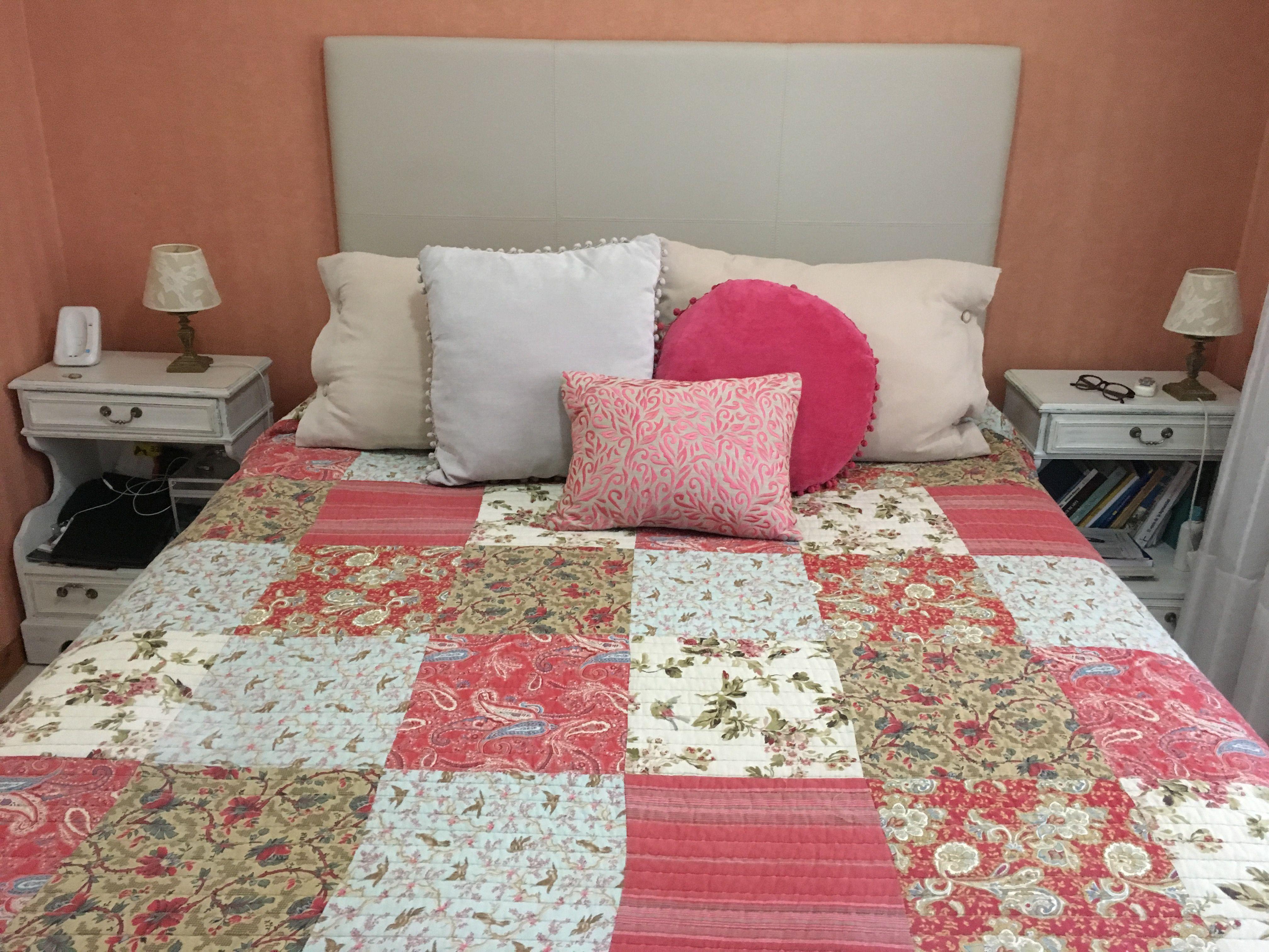 Cover de Bed Bath & Beyond, almohadones de Falabella y cabecera de ...
