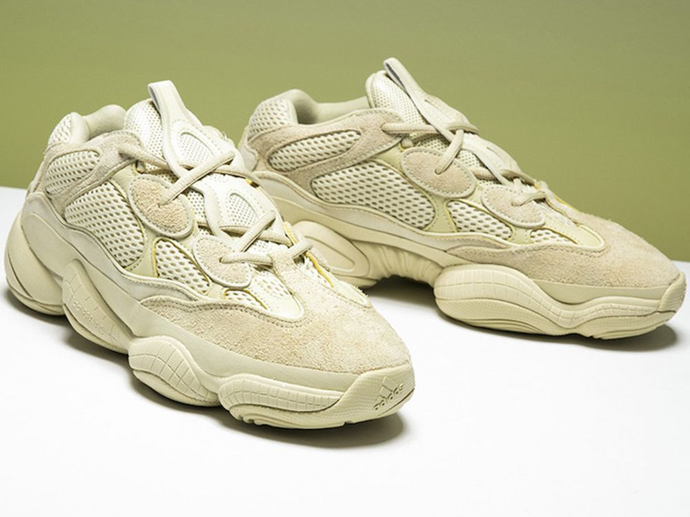 5d264f9920528 Ekipa adidas Originals i sam Kanye West planują ten rok przejąć całkiem  nową sylwetką w postaci butów Yeezy 500 Desert Rat. Pokazywaliśmy Wam już  Blush