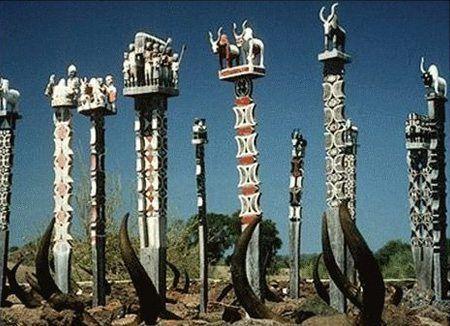 L'Aloalo, un ensemble des pièces de bois sculptées (ou poteaux) surmontant  les tombeaux dans le sud de Madagascar, fait partie de ses cultures.