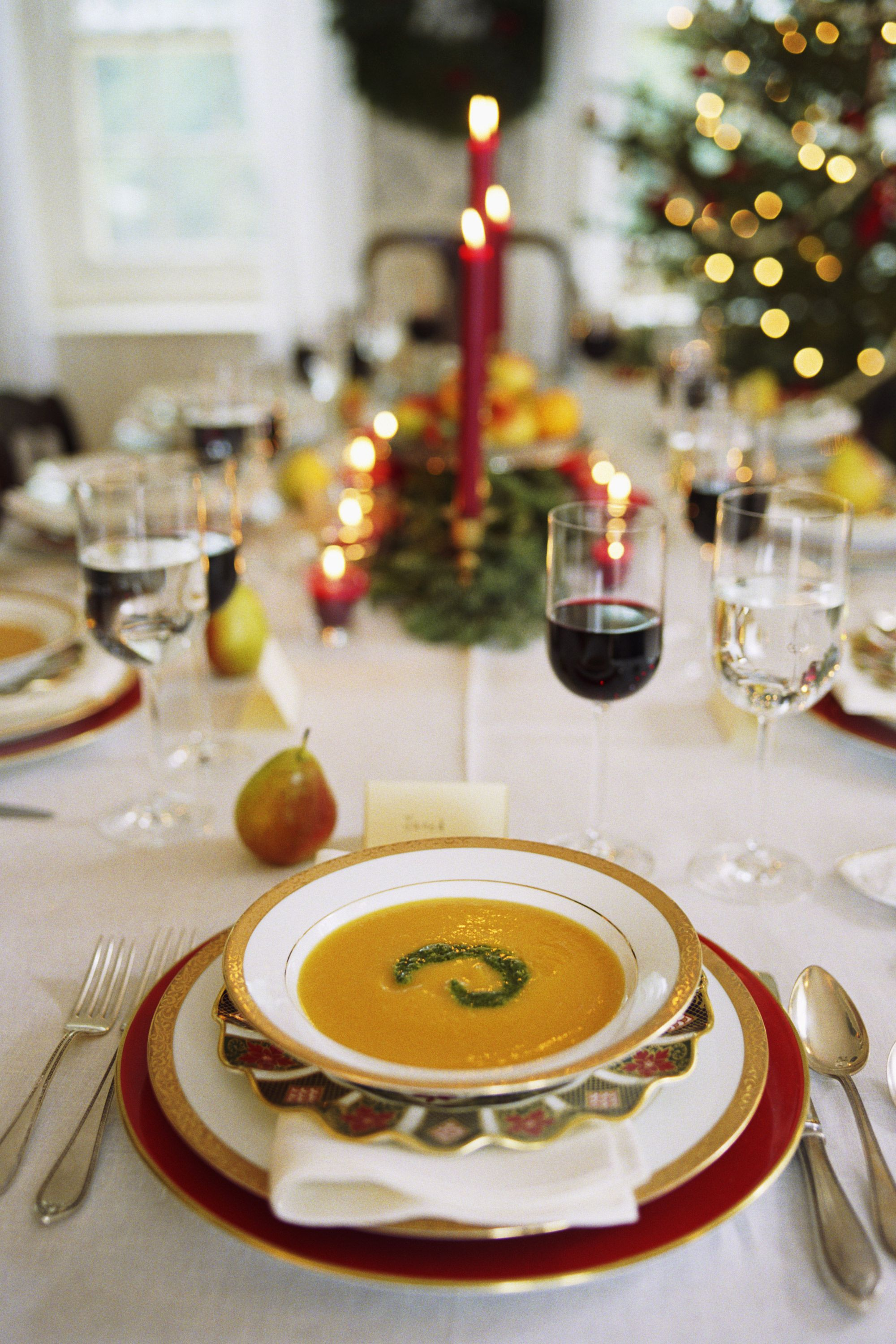 10 Christmas Table Setting Ideas Holiday Table Centerpieces Thanksgiving Table Settings Holiday Dinner Table