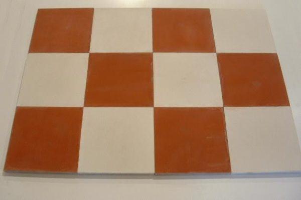 Carrelage Vieilli En Ciment A Damier Rouge Blanc En 2020 Damier Carrelage Et Carreaux De Ciment Anciens