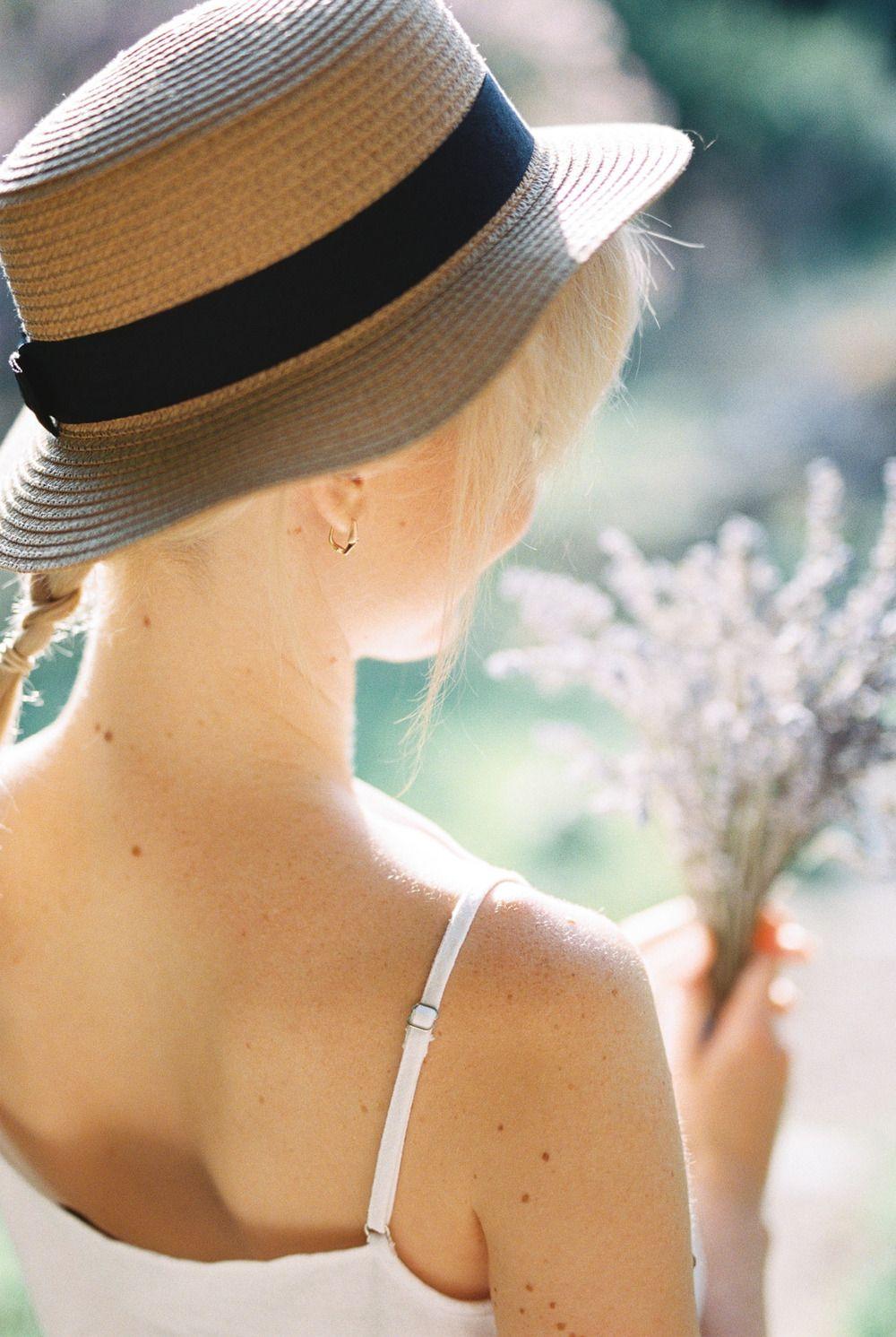 Картинки женщины в шляпах с спиной