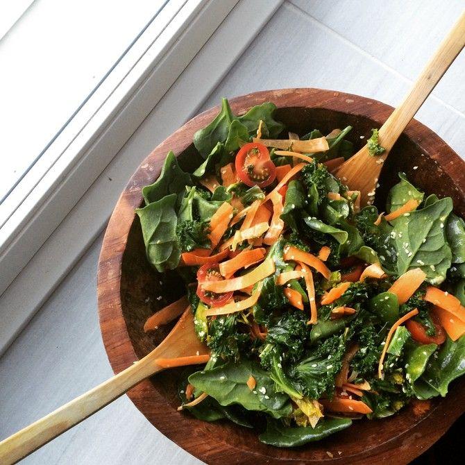 Unohda lötköt salaatit! Tässä lisukesalaatissa on kunnon purutuntuma ja rutkasti vihreitä kasviksia.