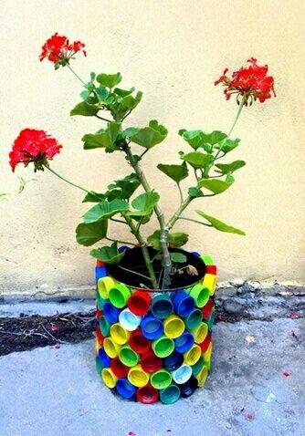 Macetero adornado con tapas de refrescos reciclaje - Maceteros de plastico ...