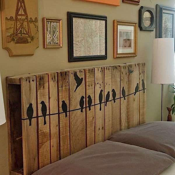 betthaupt kreativ aus alten paletten gebaut und bemalt mit v geln kopfteil von bett aus. Black Bedroom Furniture Sets. Home Design Ideas