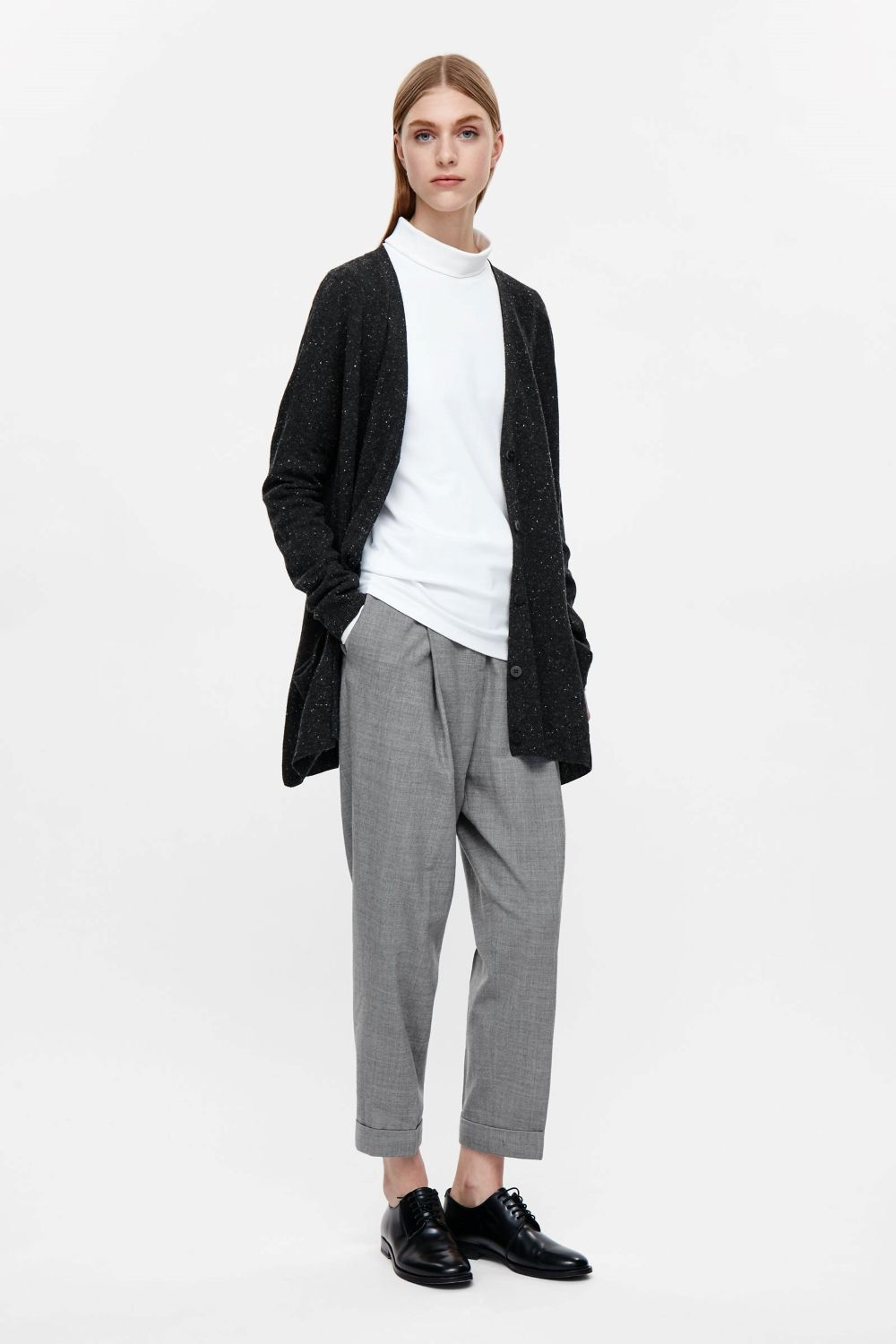 Designed for everyday wear, this lambswool cardigan is an elongated style with comfortable oversized proportions. Buttoning up at the front, it has a deep v-neckline, relaxed front pockets and soft ribbed edges.