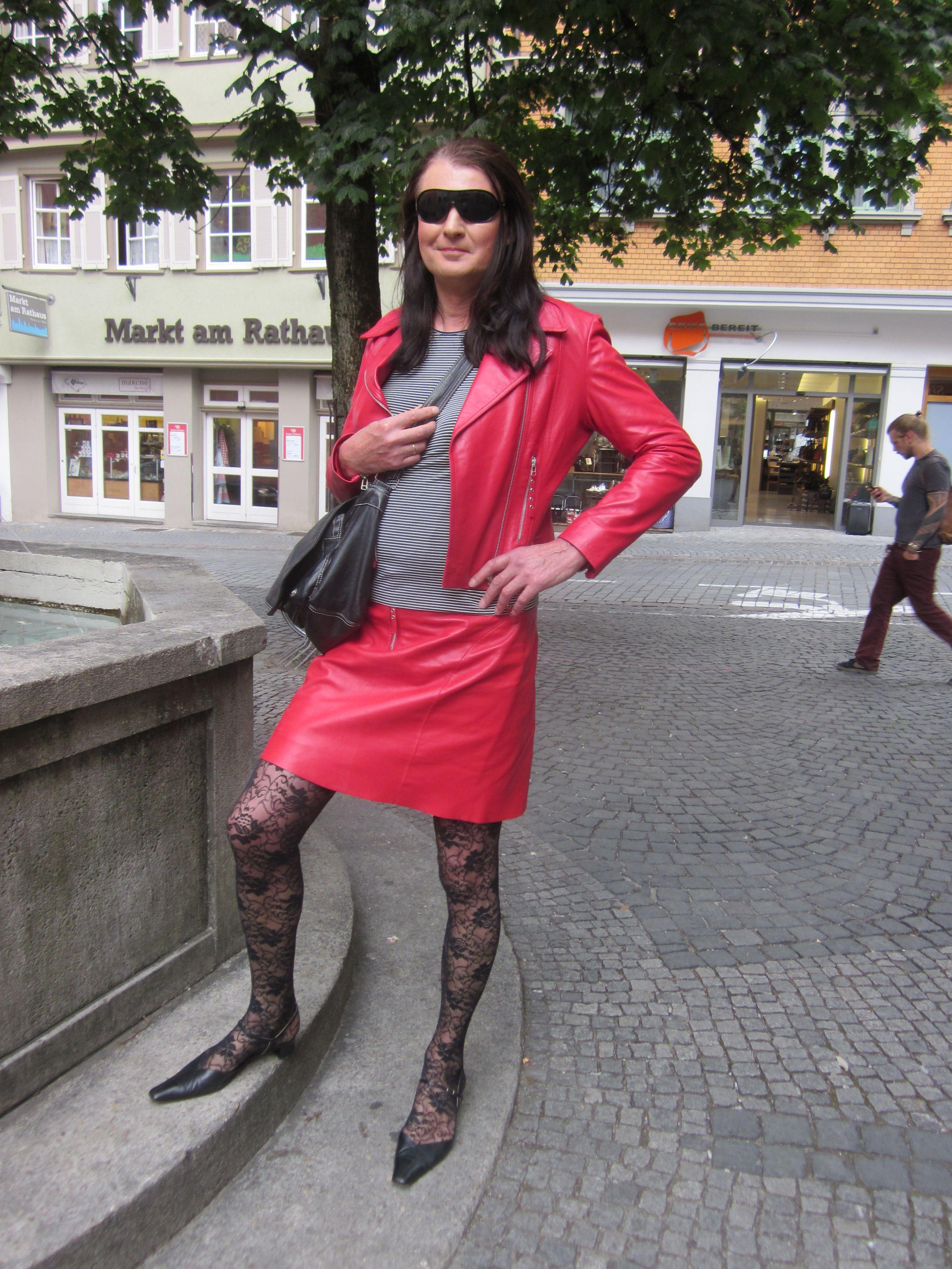 Gabriele Kleid im roten Lederkostüm | Bekleidung, Damen