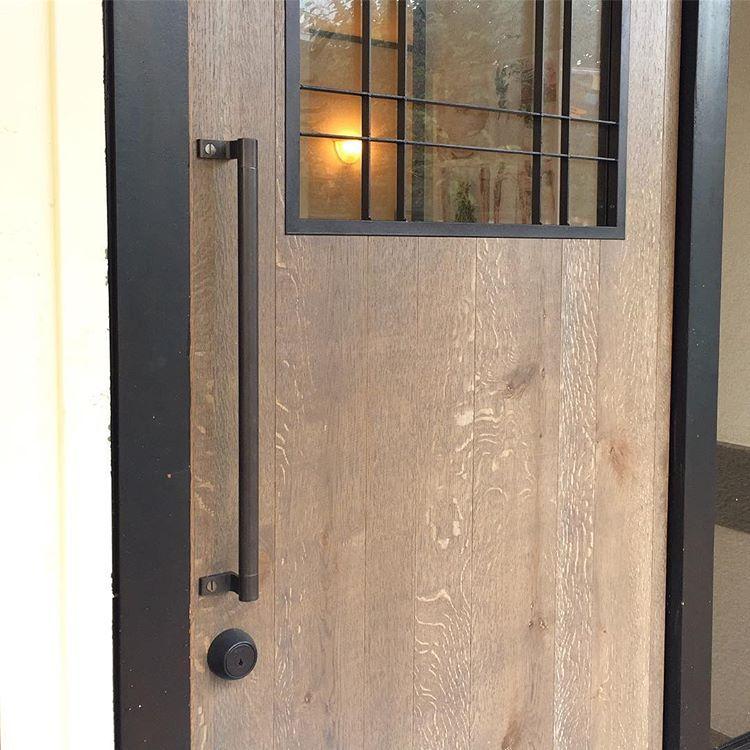玄関ドアの取付は雨との闘い 楢のうねりと鉄の真っ直ぐさ いい