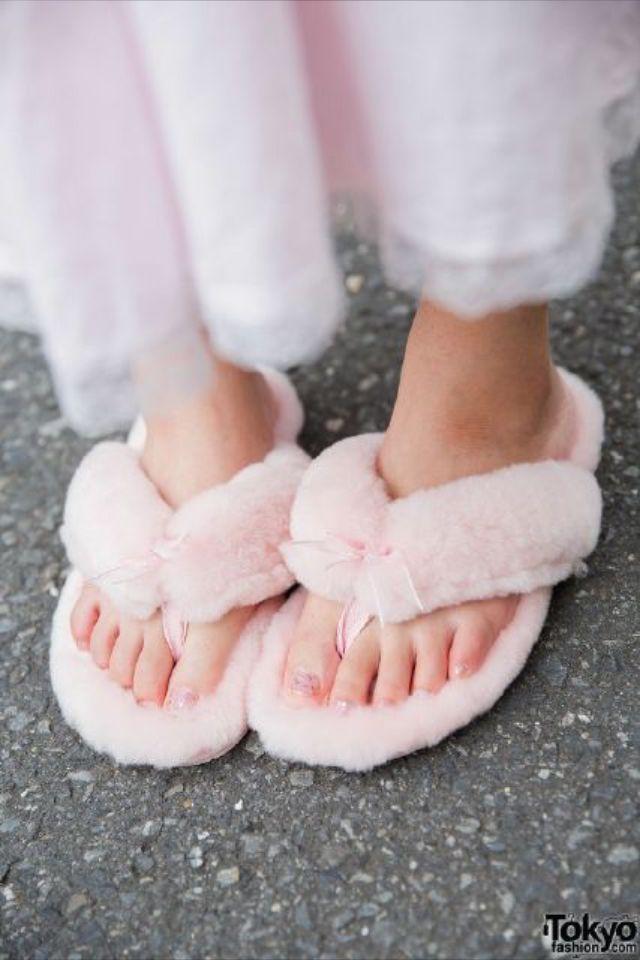 492d85425bc I love fluffy flip flops  )