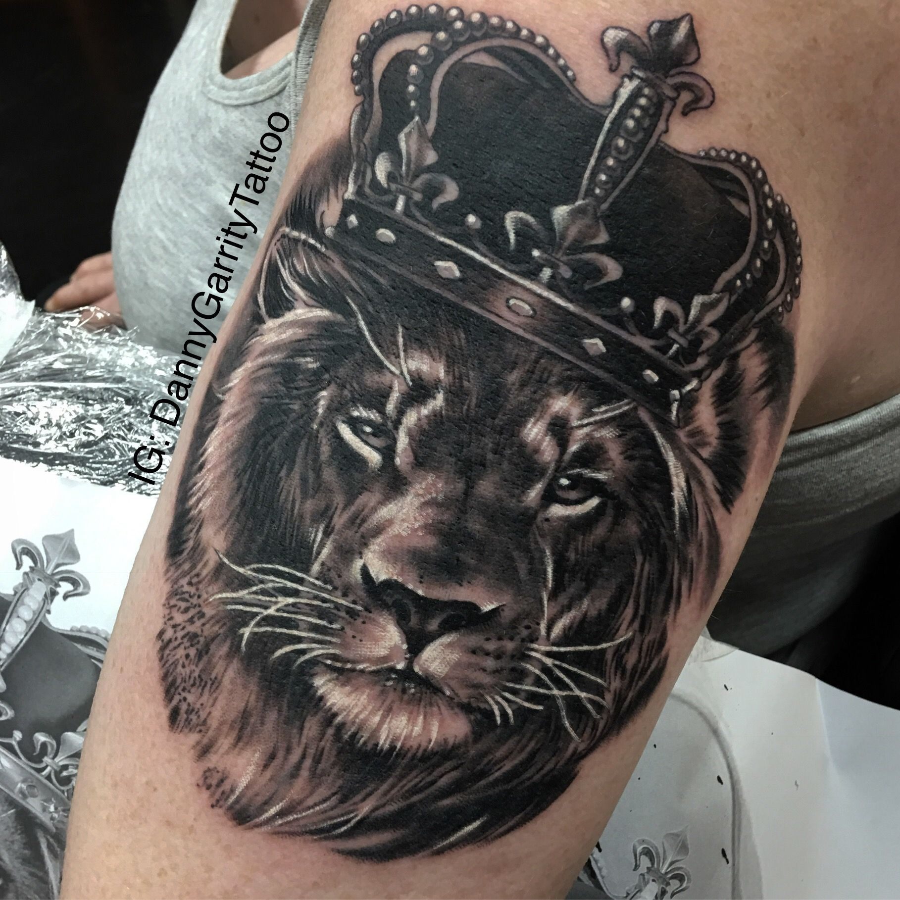Magestic King Lion Black And Grey Tattoo With Crown Tattoo Signs Tattoos Lion Tattoo