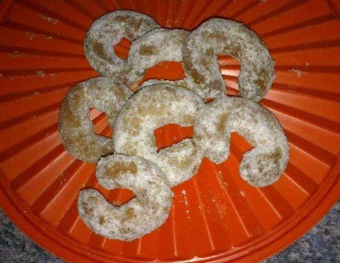 Dinkelmehl, Mandeln, Honig, Butter und gemahlene Vanilleschoten mit den Eidottern verrührenund zu einem Teig mischen. Gut, aber nicht zu lange