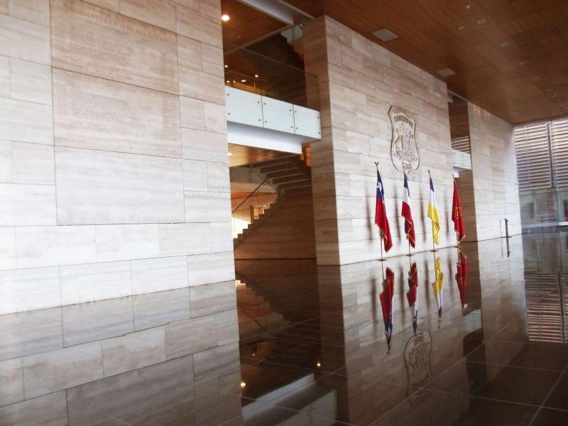 Edificio Ejercito Bicentenario muros travertino , piso granito negro