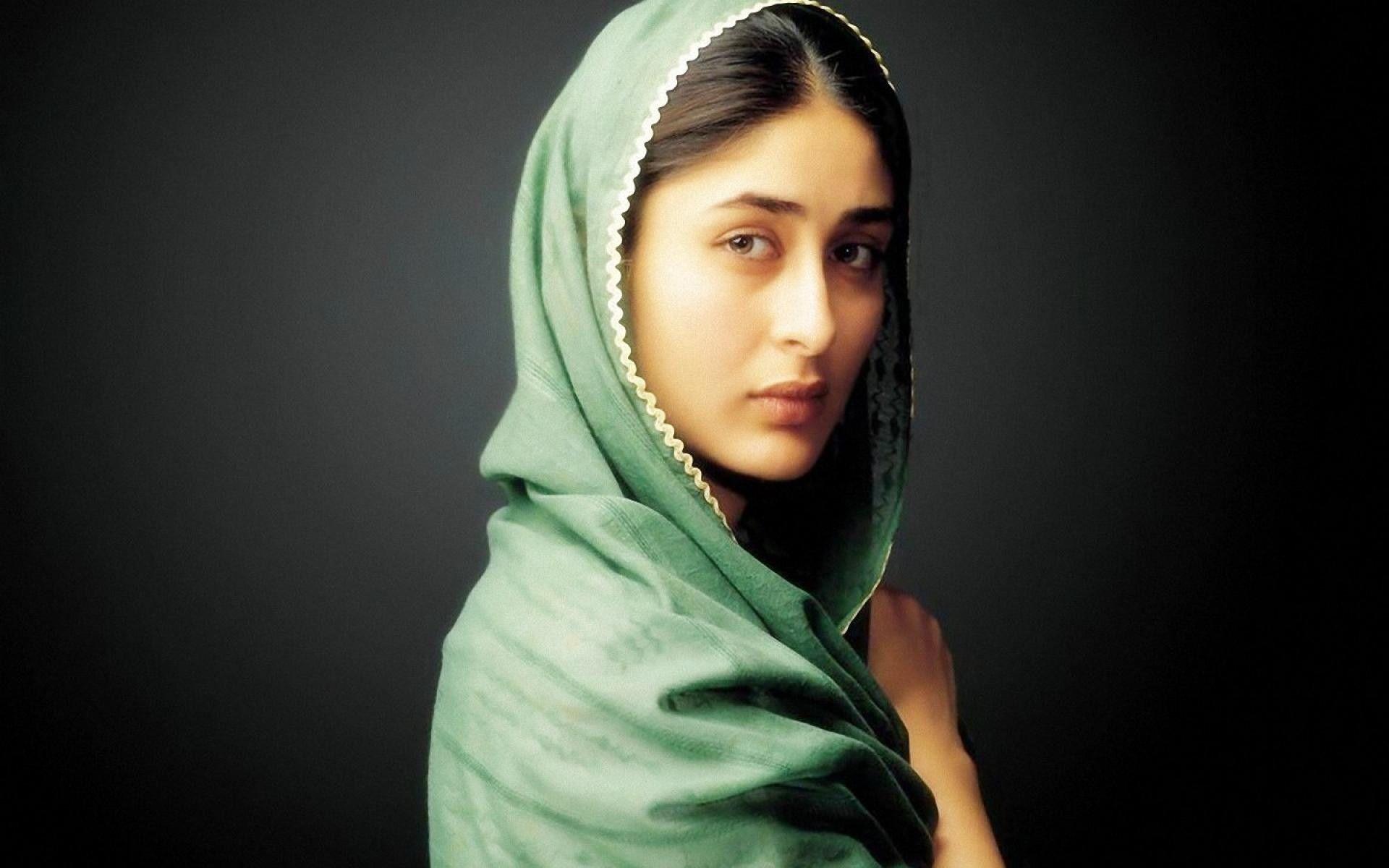 Kareena Kapoor Heroine Wallpapers Free Download