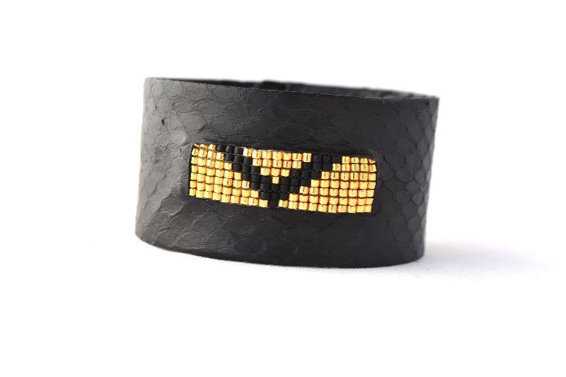 Bracelet en peau de serpent noir et perles Miyuki doré design géométrique  Créatrice NO-ONE Cuir, Made in France, handmade www.o-some.com