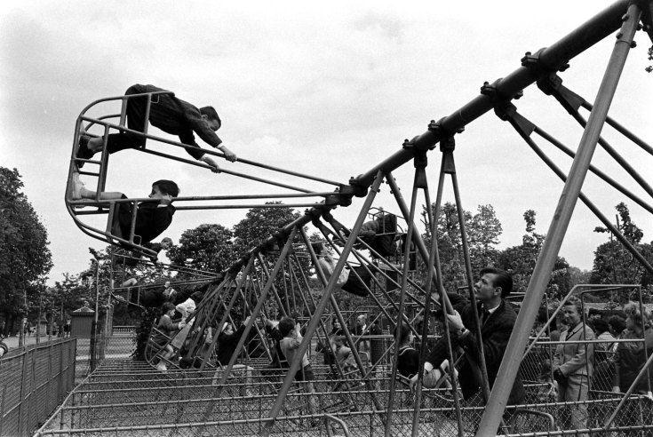 Alfred Eisenstaedt - Children at play, Paris, 1963.
