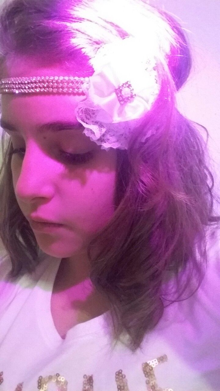 Tiara de Strass com flor branca linda para batizado, Primeira comunhão e festa em geral. Com regulador de medida, serve de 1 ano até 15 anos. Perfeita para ensaio fotográfico! Uma gracinha...❤