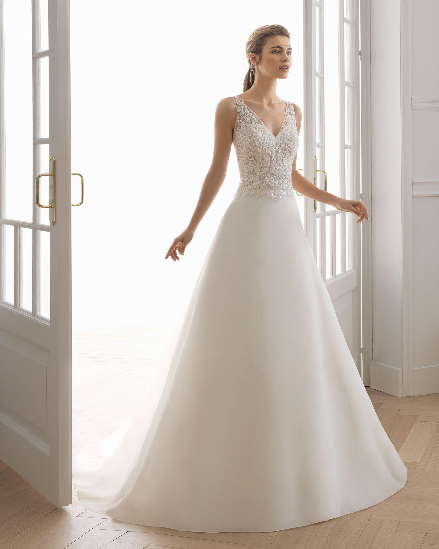 44f1ce3508 Vestido de novia estilo línea A en gazar y encaje pedrería. Escote V y  espalda en V. Disponible en color natural. Colección AIRE BARCELONA 2019.