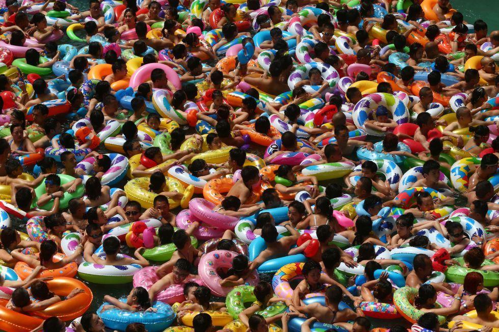 Las fotos del año 2014   Fotografía   EL PAÍS 25 de julio. Parque acuático Imagen de la gente, mayoritariamente niños con sus flotadores, que disfruta del agua en el parque acuático de Suining, en la provincia china de Sichuan.  (AFP)