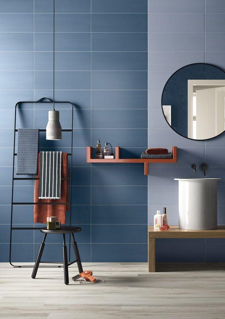 Moderne Badezimmer-zweifarbige blaue Fliese   Das Bad / Bathroom in ...