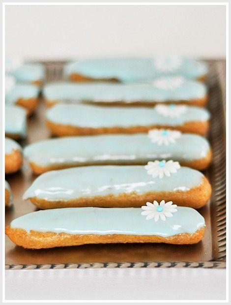 En eclair er en lang og smal vannbakkels fylt med vaniljekrem og toppet med glasur. Opprinnelsen ...