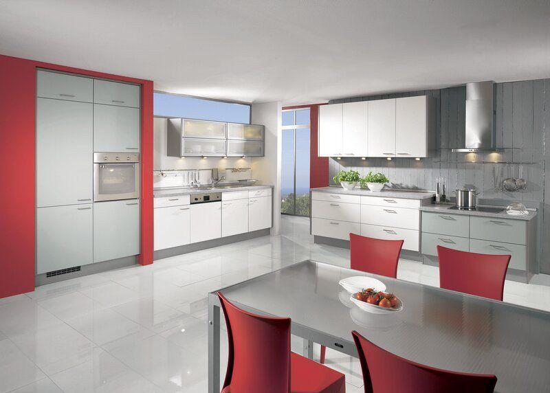 cuisine-rouge-grise-armoires-blanc-gris-clair-chaises-accents-rouges ...