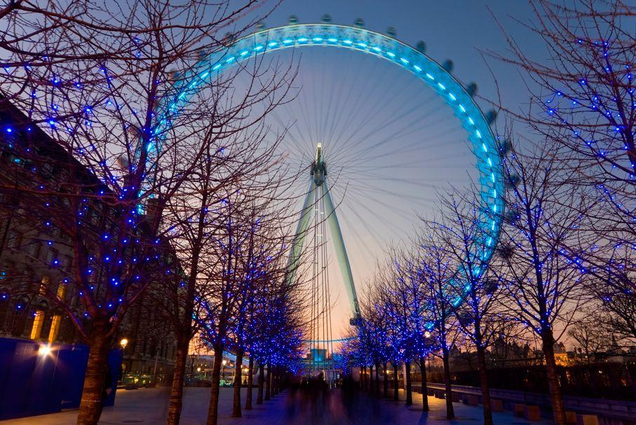 Inaugurada em 1999, a roda-gigante de 135 metros de diâmetro é resultado de um projeto com muitas dificuldades para ser erguido. Os arquitetos que a imaginaram são David Marks e Julia Barfield, e para eles a London Eye não seria uma roda-gigante comum. A partir dela, teria de ser possível avistar toda Londres – o que realmente acontece, e daí seu nome. (Editora Globo) #ferris #wheel #london