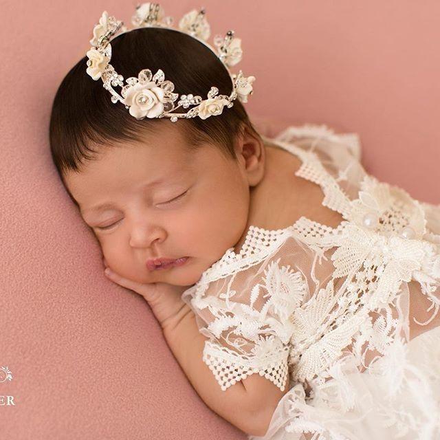"""""""Que o amado do Senhor descanse nele em segurança, pois ele o protege o tempo inteiro, e aquele a quem o Senhor ama descansa nos seus braços"""". Deuteronômio 33:12Foto @eileenparkerfotografia #itgirlsbrazil #night #boanoite #ownt #cute #love #follow #linda #baby #newborn #ootn #inspiração #angel #anjinho #girls #princesa #vidademãe #mãedemenina #fofuradanoite #instamoment #blogueiracristã ❤"""