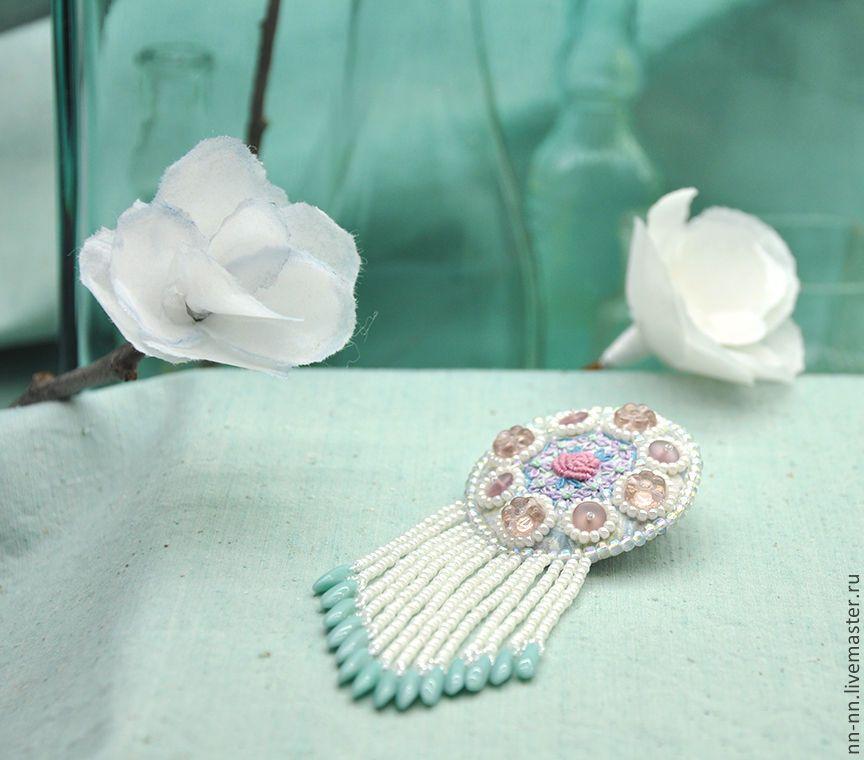 Купить Брошь в пастельных тонах с вышивкой и бахромой. - belle epoque, прекрасная эпоха, исторический костюм