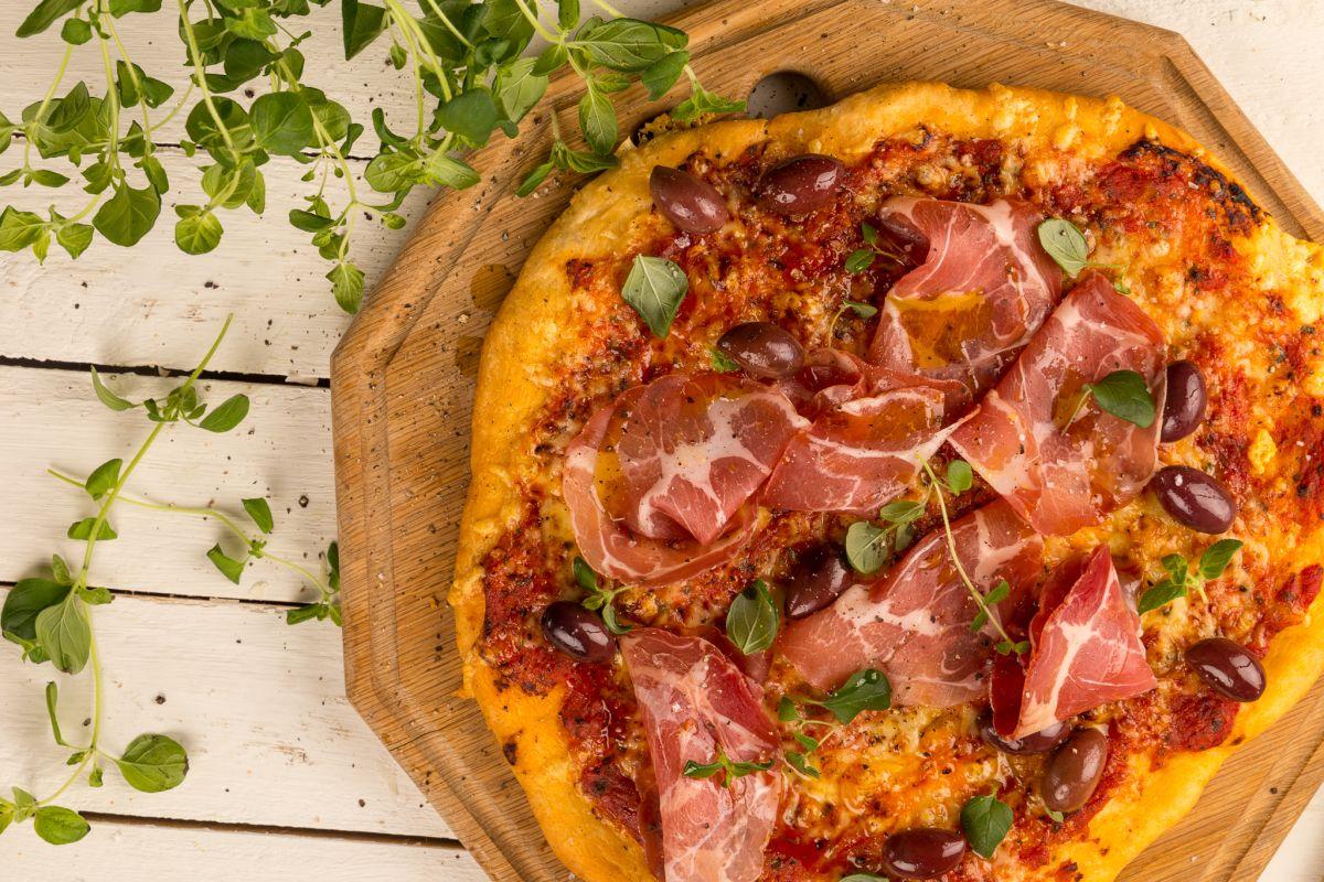 Vad är den perfekta pizzan? Det finns såklart många svar på den frågan. Liksom med allt annat så beror det på stunden, sällskapet, säsong, råvaror, humör…. Så diplomatiskt kan vi säga att det…