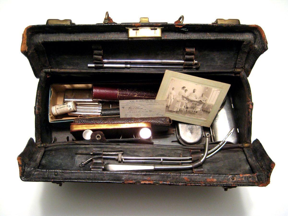 Bolsa con utensilios de médico y esterilización de 1800