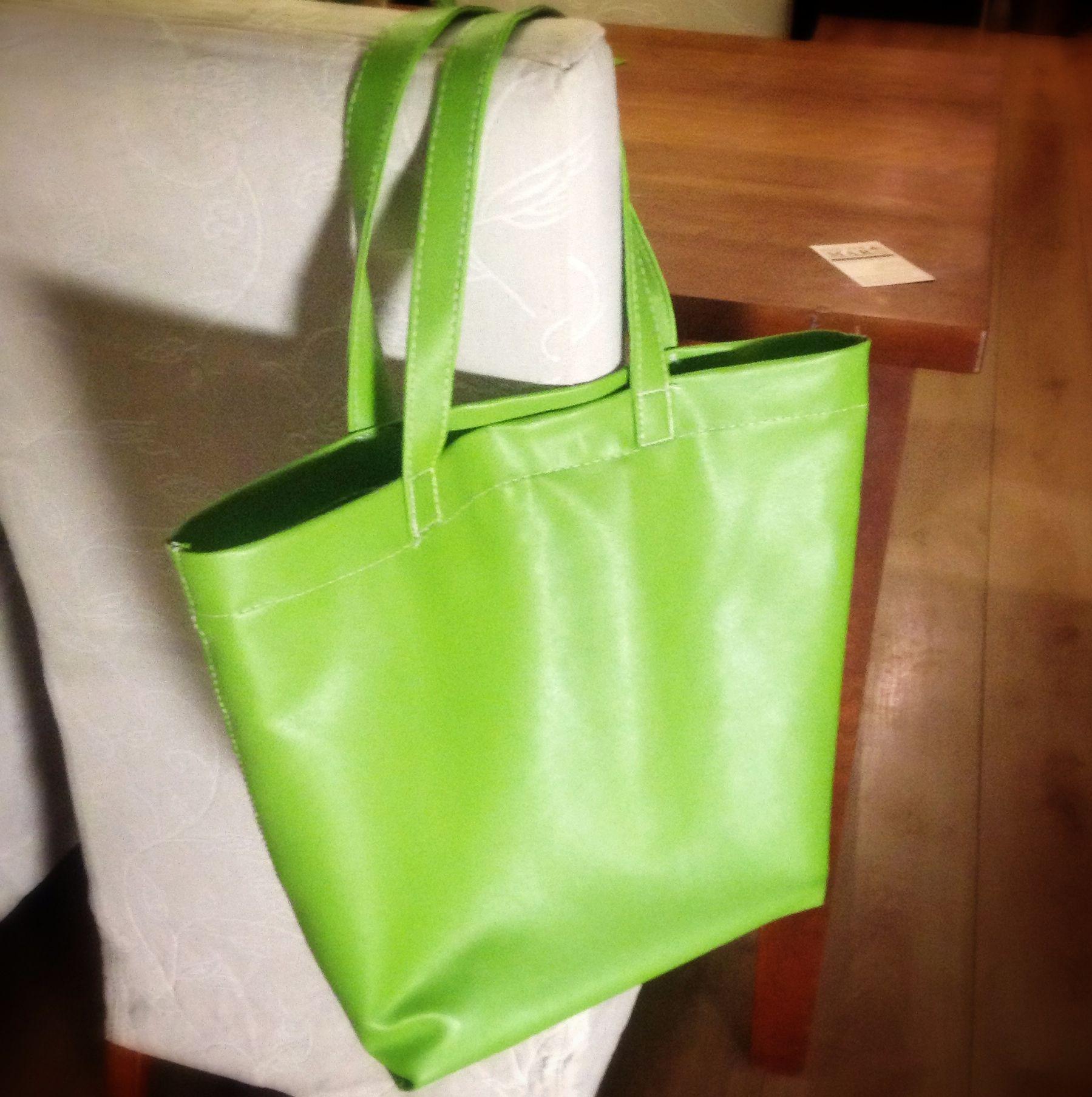 En nu een tas in een fris kleurtje. Niet helemaal perfect, maar wel leuk om te maken...