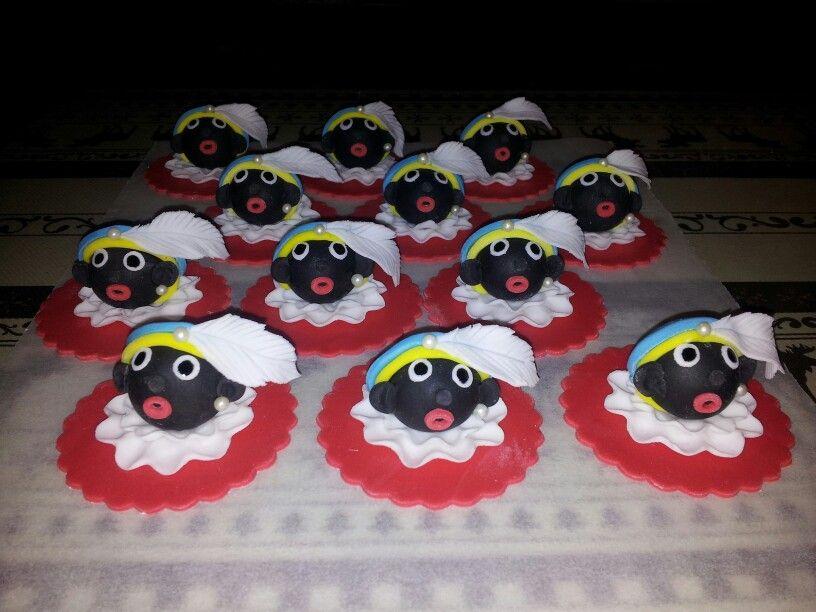 Zwarte pietjes cupcake toppers van rolfondant