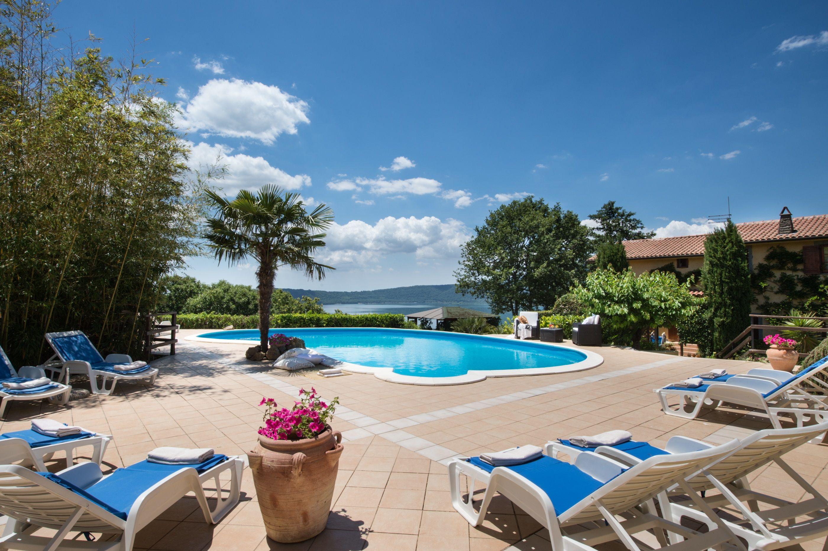 Affitto villa con piscina e vista sul Lago di Vico per