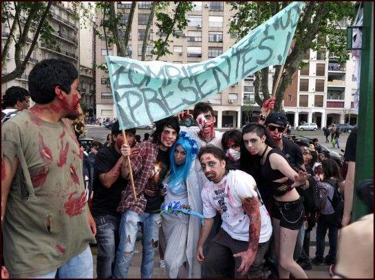 """""""Mientras exista un niño con hambre, los zombies seguirán marchando""""  Convocan a participar en un nuevo modo de criticar o simplemente reflexionar sobre la sociedad en la que hoy vivimos. Los organizadores alientan a que los participantes de la Zombie Walk se involucren en el cambio y colaboren con la donación de un alimento no perecedero para aquellos que lo necesitan."""