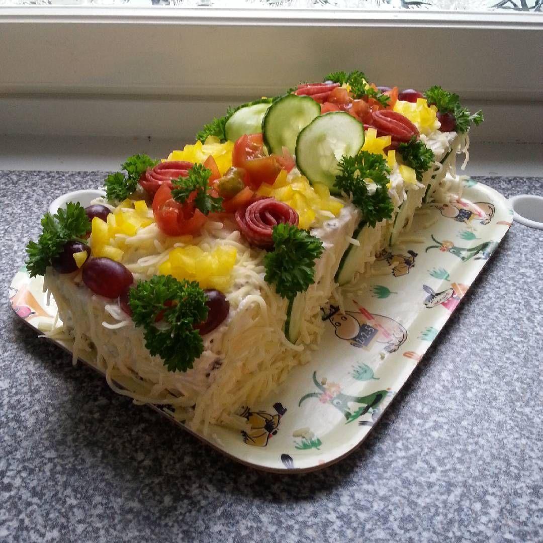 """""""Oli tylsää ja tein perheelle iltapalaa  #weekend#sunday#voileipäkakku#kinkkukakku#hamcake#sandwichcake#madebyme#ihanitetein#iltapala#perheelle """""""