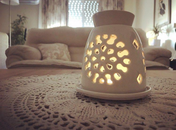 الزيوت الأساسية الطيارة أفضل بديل للمعطرات المنزلية لعدة أسباب مدونة بيت زين للمرأة العربية In 2021 Table Lamp Novelty Lamp Lamp