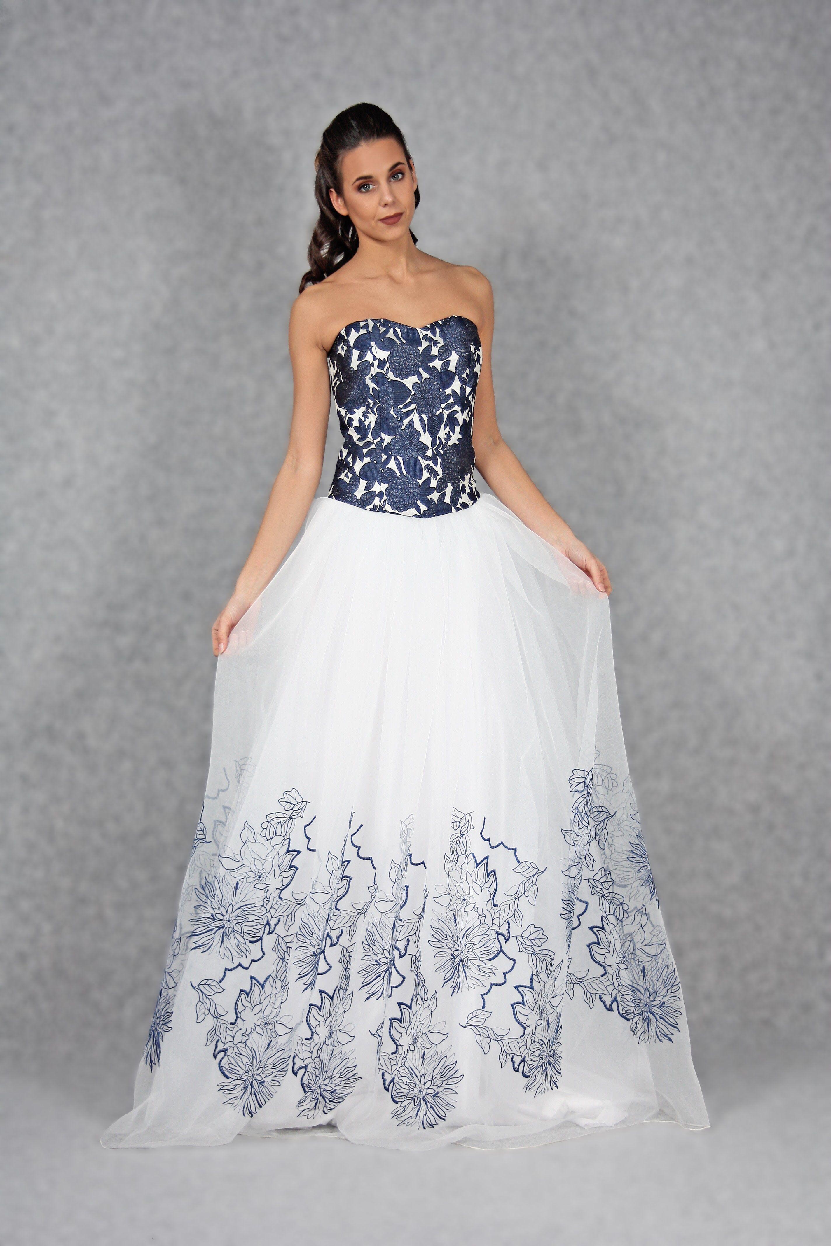 4cdc48d21098 Abito da sposa in due pezzi. Il bustier bluette e bianco è in tessuto  damascato