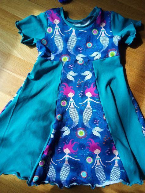 Kostenloses Schnittmuster Kapuzenkleidchen von Schnabelina #ponchodress