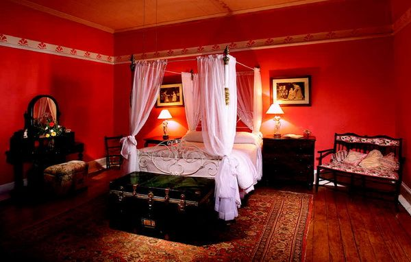 This Bright Bedroom Adds Great Intensity And Pion To The Room Red Almost Makes Hot Since It Is So Dominant