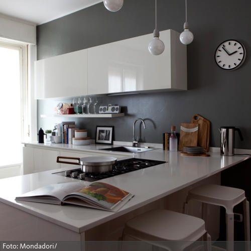 Mit der grauen Wandfarbe und den schnörkellosen Schränken - wandfarbe fr kche