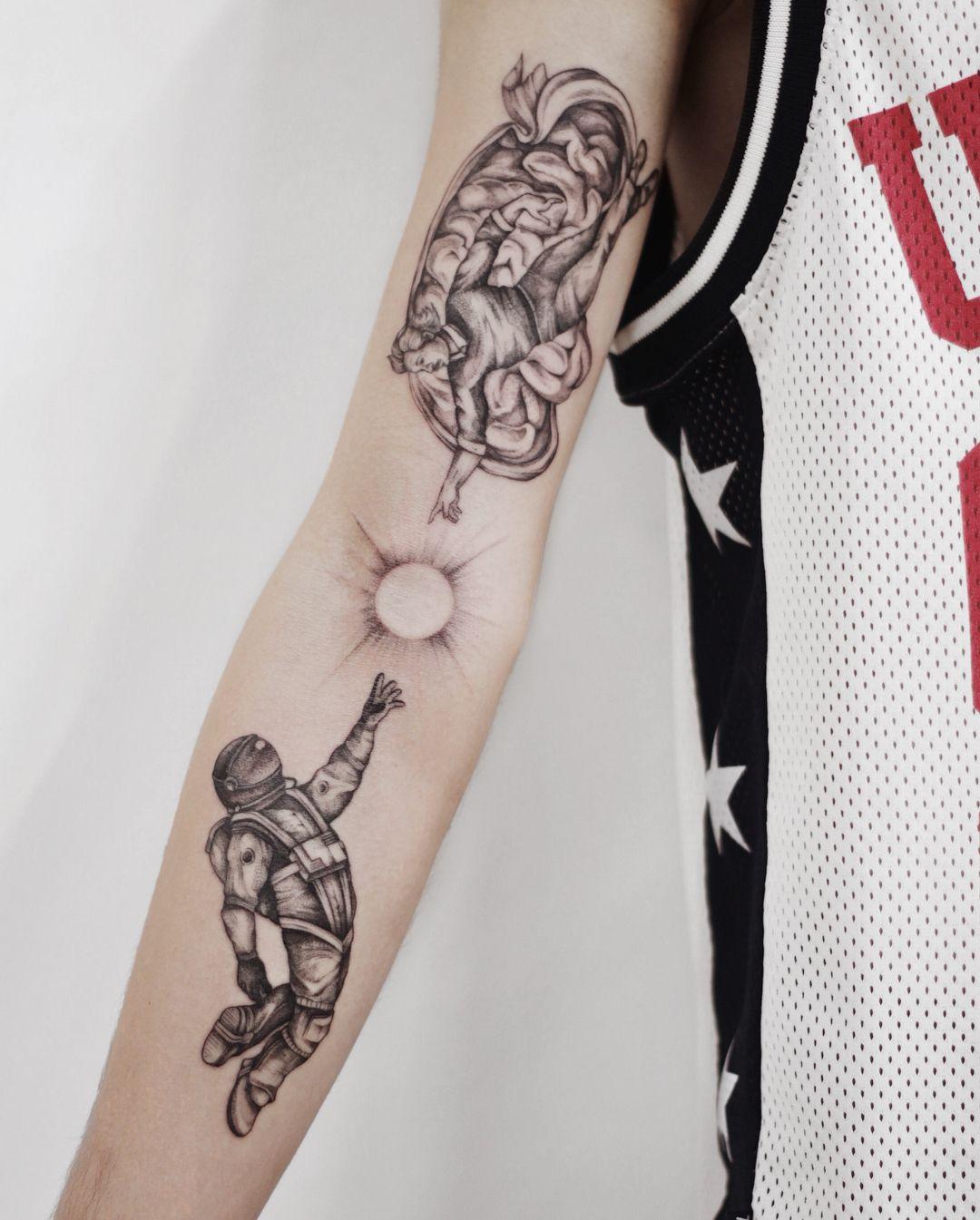 татуировка на руке сотворение адама космонавт идеи для татуировки