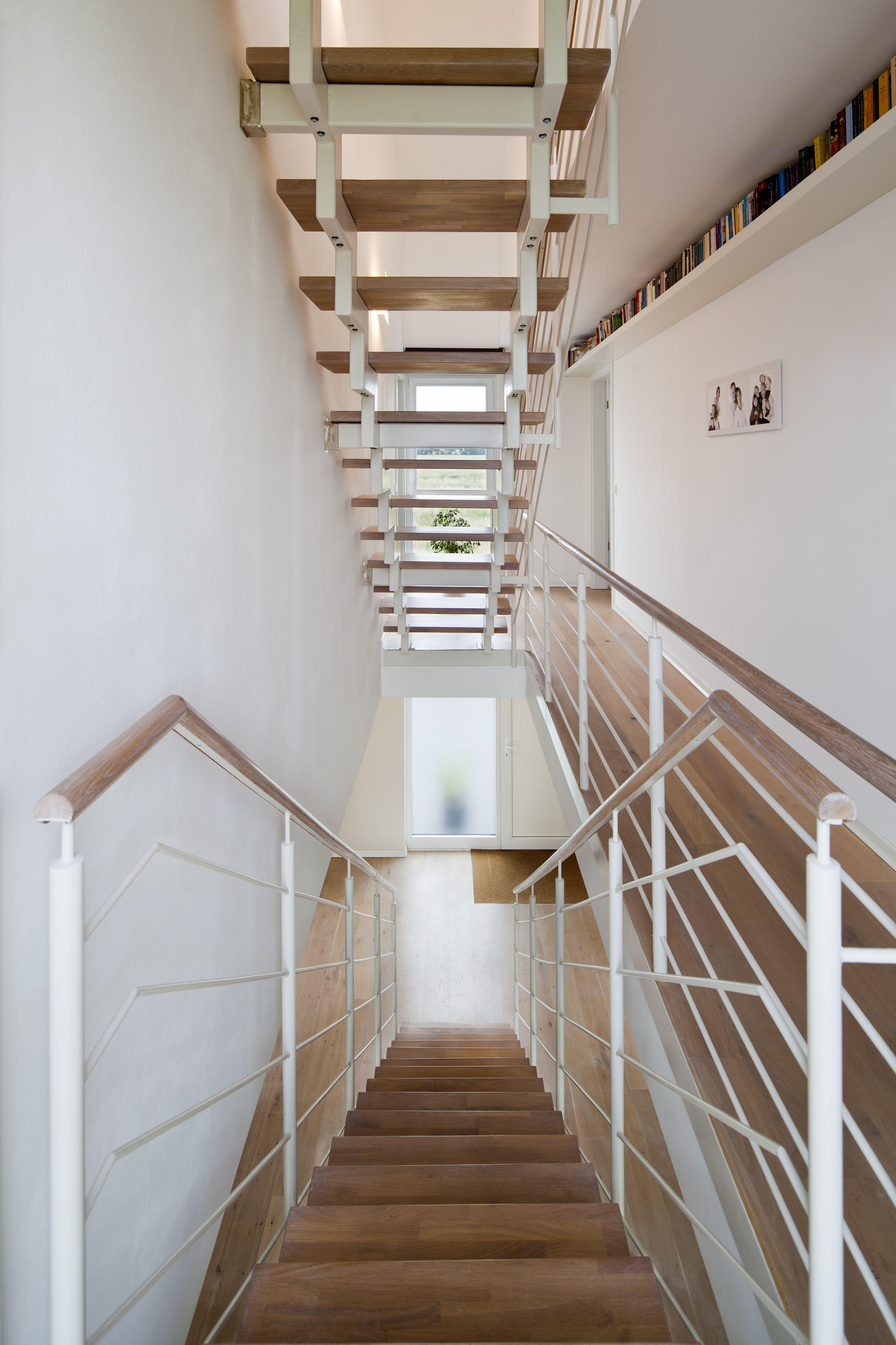 Haus K zentrales Treppenhaus Flur mit offener Treppe und Luftraum stkn architekten