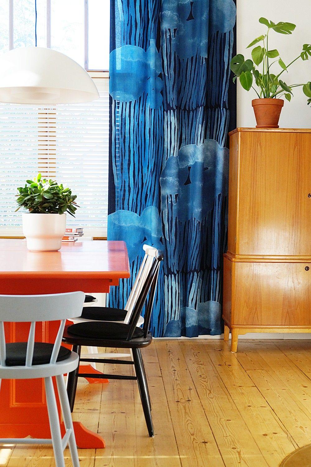 Värikäs ruokahuone on sisustettu kierrätyshuonekaluilla.