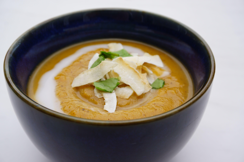 Deze romige Thaise soep met notenboter en zoete aardappel is heerlijk smeuïg en lekker spicy. Een ideale opkikker voor op koude dagen.