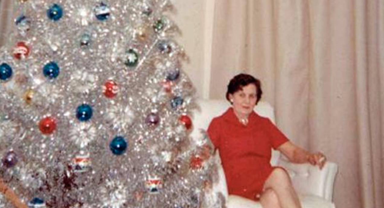 31 Mid Century Women Who Really Enjoyed Their Aluminum Christmas Trees Aluminum Christmas Tree Tinsel Christmas Tree Vintage Aluminum Christmas Tree